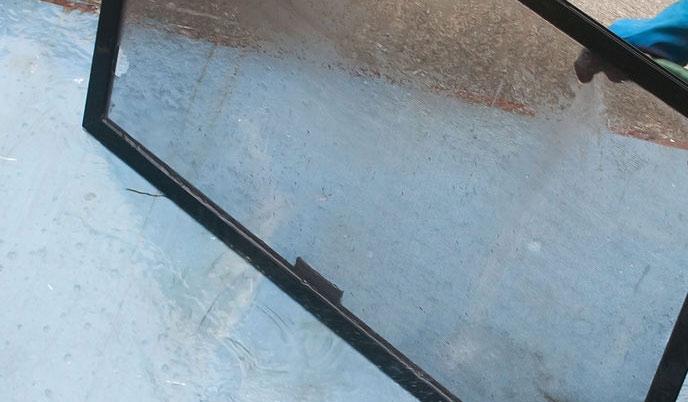 Мытье москитной сетки водой из шланга