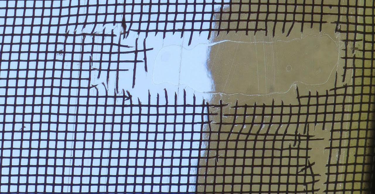 Порванная москитная сетка на окне